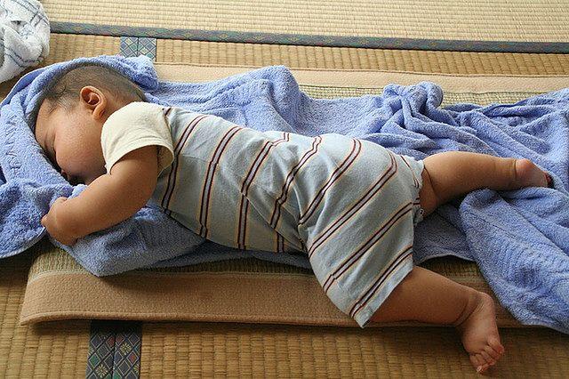 Niemowlęta często śpią na brzuchu