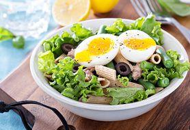 Sałatki z makaronem - makaron pełnoziarnisty, warzywa, zioła, dodatki, dressing