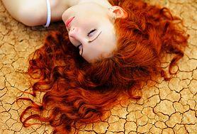 11 złych przyzwyczajeń, które sprawiają, że twoje włosy stają się cienkie i łamliwe
