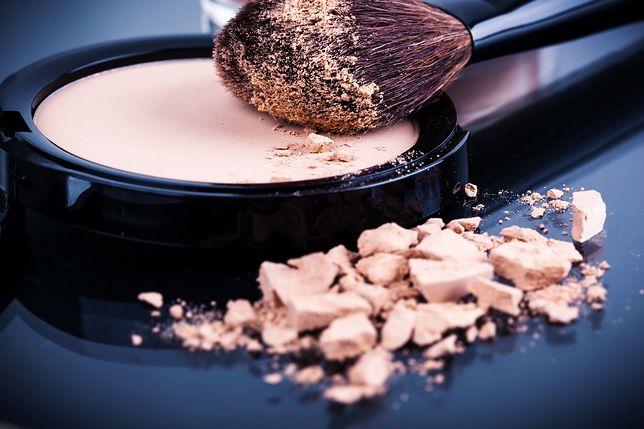 Puder transparentny to idealne wykończenie makijażu