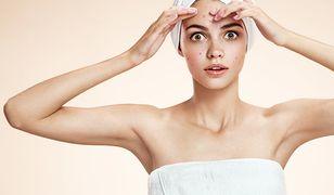 Jak ukryć pryszcze? Makijaż dla cery trądzikowej wymaga kosmetyków, które ukryją niedoskonałości i podleczą skórę twarzy