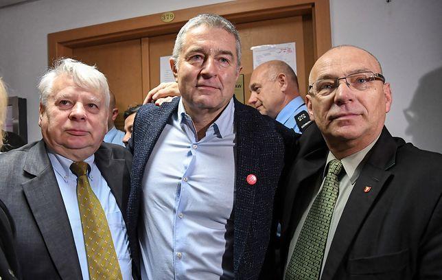 Władysława Frasyniuka na korytarzu Sądu Rejonowego w Warszawie wspierali Bogdan Borusewicz i Jerzy Borowczak