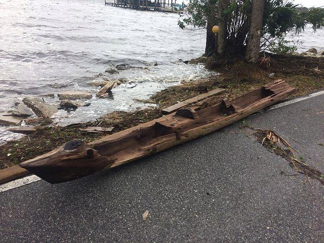 Huragan Irma odsłania tajemnice. Wyrzucił stare czółno na drogę