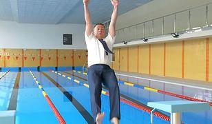 Burmistrz wskoczył do basenu w ubraniu. Efekt? Zamknęli basen