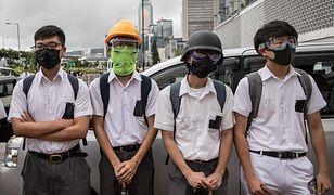 Pierwszy dzień szkoły 2019 - uczniowie w Hongkongu, zamiast iść do szkoły, strajkują. Do swoich mundurków dodali kaski, maski i gogle.
