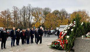 Prezes PiS Jarosław Kaczyński i premier Mateusz Morawiecki z delegacją przed pomnikiem Marszałka Józefa Piłsudskiego