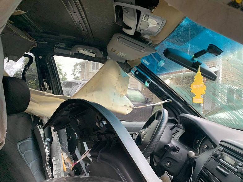 Zwierzę zmasakrowało auto dostawcy pizzy. Pracownik pokazał zdjęcia na Facebooku