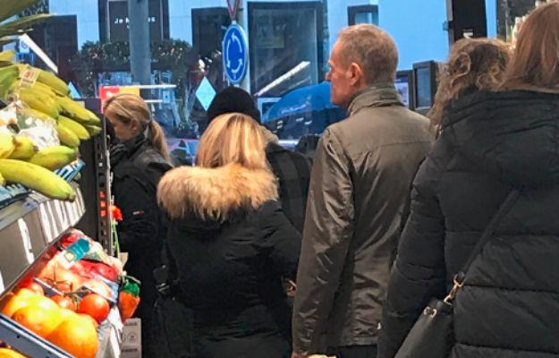 """Donald Tusk przyłapany w brukselskim sklepie. """"W kolejce po jaja"""""""