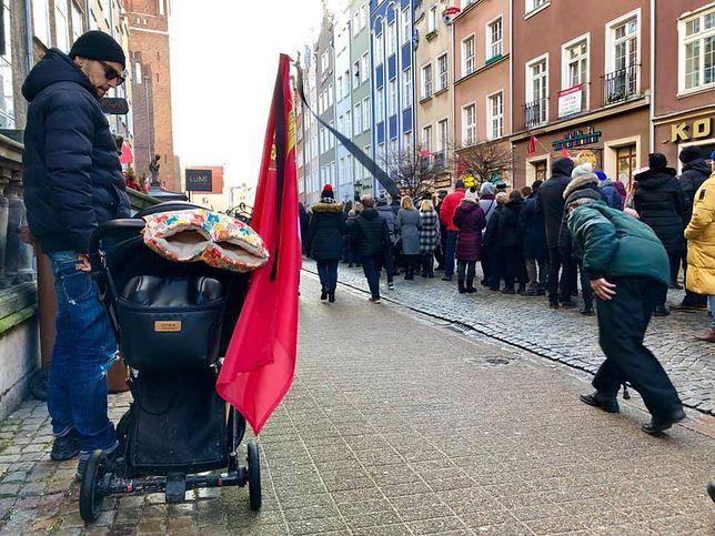 Tłumy żegnają prezydenta Gdańska Pawła Adamowicza. W sklepach nie ma flag, ani czarnych wstążek.