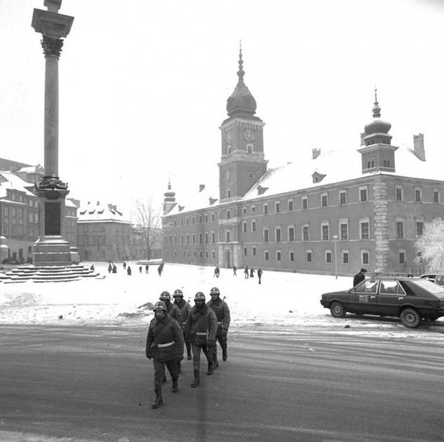Stan wojenny. Tak wyglądały ulice Warszawy 35 lat temu [GALERIA]