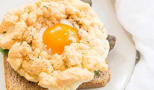 Śniadaniowy hit. Jajko chmurka na grzance z sałatką