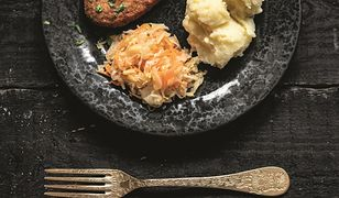 Kotlety rybne, purée ziemniaczane i surówka z kiszonej kapusty