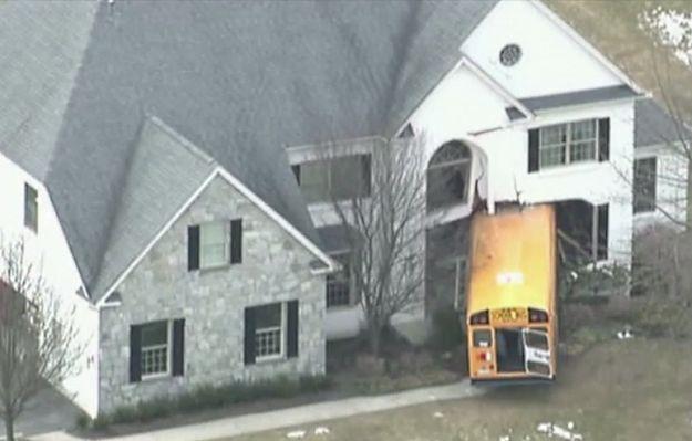 Autobus szkolny wbił się w dom w USA