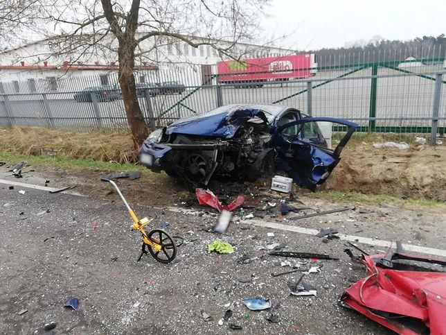 Tragedia pod Koninem. Siła uderzenia rozerwała auta