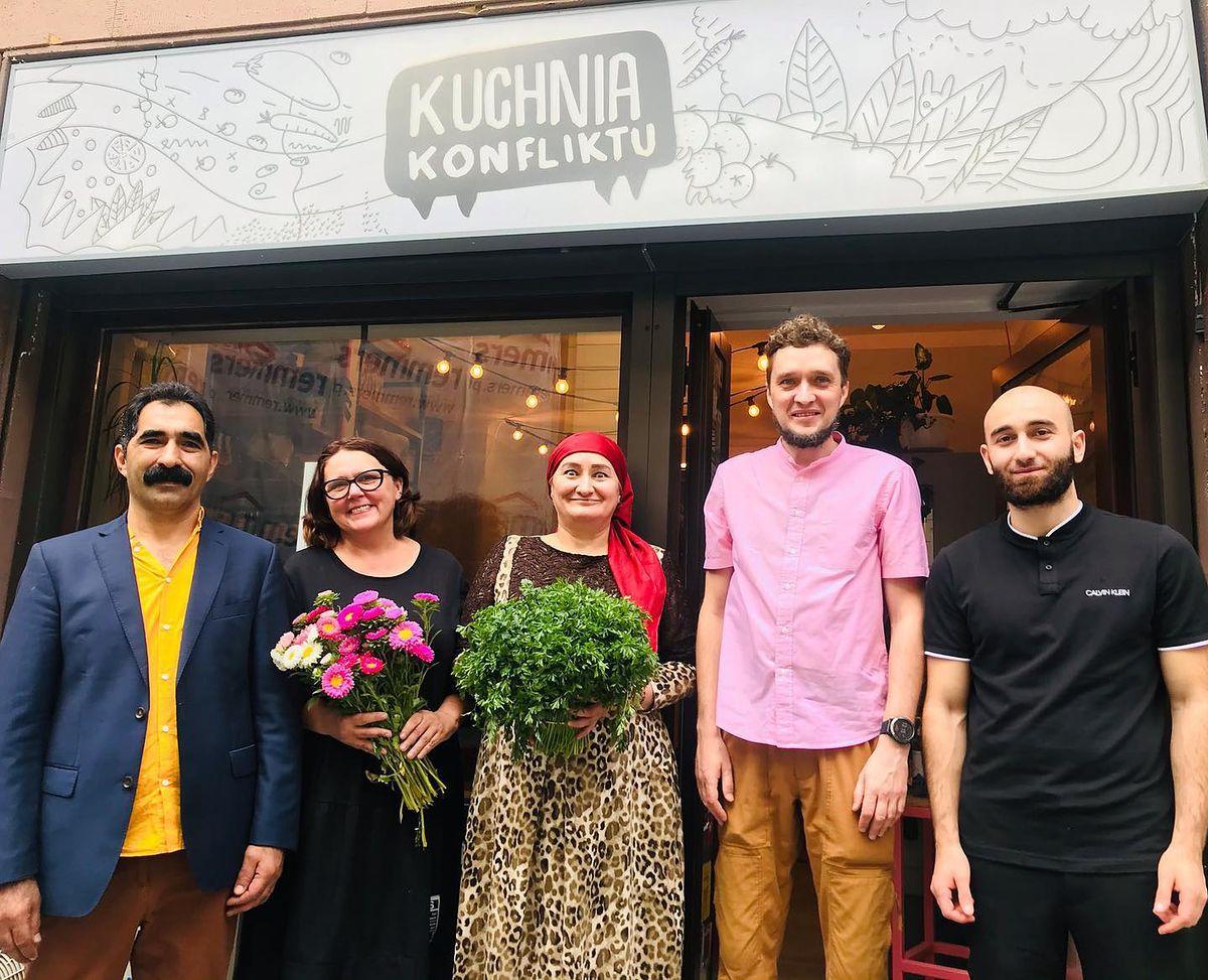 Warszawa. W Kuchni Konfliktu panuje przyjazna atmosfera. Karmią tam pysznie uchodźczynie i uchodźcy z krajów, w których konflikty odbierają szansę na bezpieczne i spokojne życie