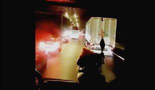 Kadr z filmu nagranego kamerą z wozu strażackiego.