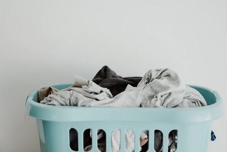 Kosz na pranie - wiklinowy, drewniany czy z innego materiału?