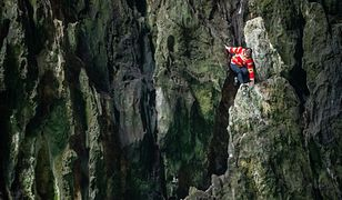 Chinka wspina się jak pająk. Pokonuje skały bez zabezpieczenia