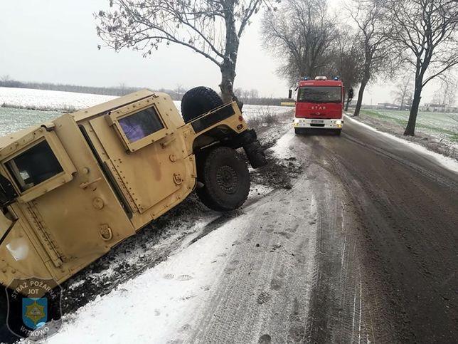Zima zaskoczyła żołnierzy z USA. Humvee w rowie