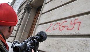 Antysemickie graffiti na murze synagogi, Francja