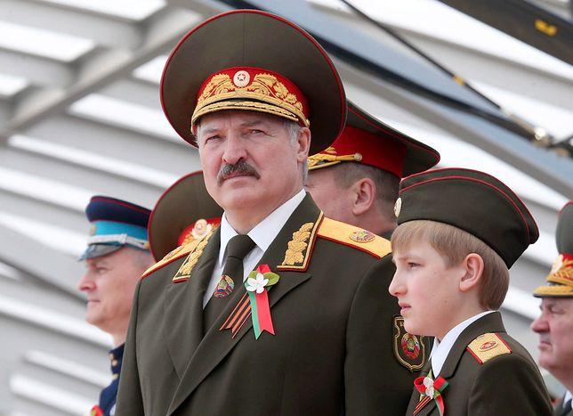 Prezydent Łukaszenka z synem podczas defilady w Mińsku