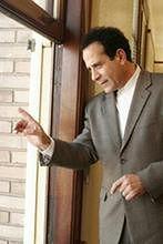 Tony Shalhoub w serialu ''BrainDead''