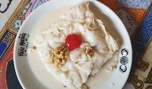 Gullac to cienkie płatki ciasta namaczane w słodkim mleku przekładane potłuczonymi migdałami i orzechami