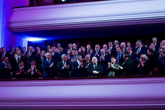 """Jarosław Kaczyński oklaskiwany przez najważniejsze osoby w państwie podczas gali wręczenia tytułu Człowieka Roku tygodnika """"Sieci"""" w 2017 roku."""