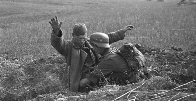 Niemiecki żołnierz przeszukujący jeńca radzieckiego, 2 września 1941 r.