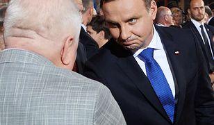 Andrzej Duda podaje rękę Lechowi Wałęsie