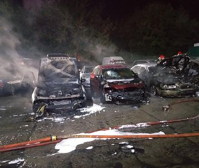 Podpalił kilkanaście aut miotaczem ognia. Poszukuje go policja