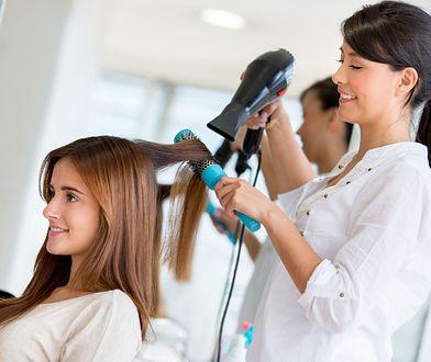 W wyborze fryzury na studniówkę może pomóc specjalistka w salonie fryzjerskim