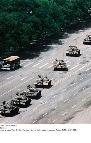 Słynna fotografia z pekińskiego planu Tiananmen.