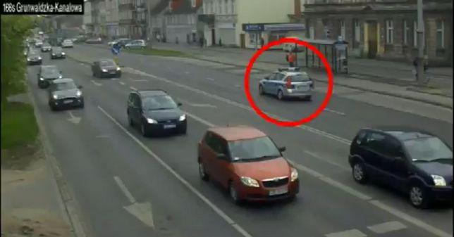 """""""Na kogutach"""" do szpitala. Policjanci eskortowali samochód z ciężarną"""