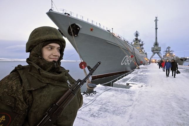 """Rosyjski wartownik przed krążownikiem """"Piotr Wielki"""""""