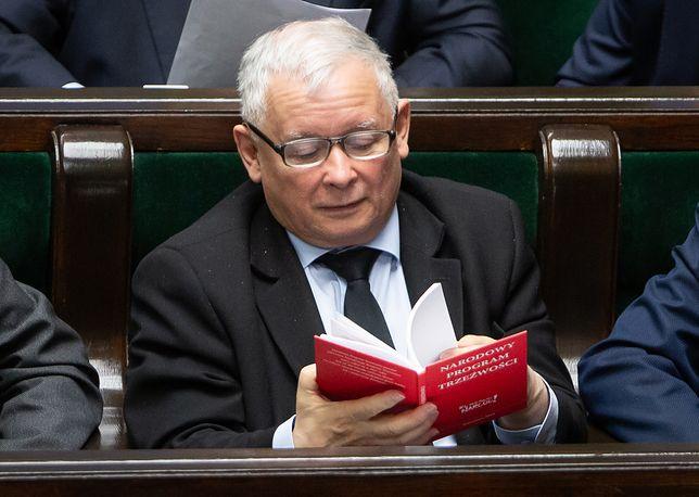 Nie pierwszy raz prezes PiS wziął do Sejmu lekturę