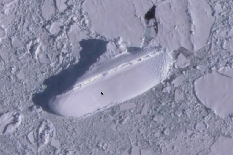 """Użytkownik Google Earth odnalazł 130-metrowy """"lodowy statek"""" na Antarktydzie"""