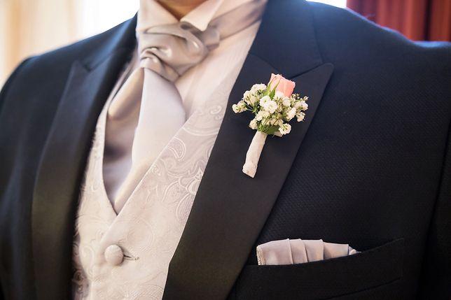 Na ślubie sprawdzi się prosty garnitur z kamizelką