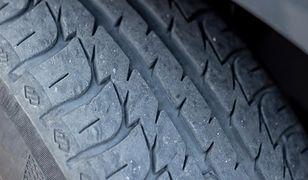 Przebijał opony samochodów działaczy PiS. Prokuratura zwraca się o pomoc prawną do Szwecji