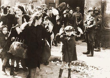 Ludność cywilna wyciągana z bunkrów podczas powstania w gettcie warszawskim