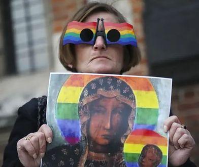 Protest w obronie Elżbiety Podleśnej, autorki plakatu Matki Boskiej Częstochowskiej z tęczą.