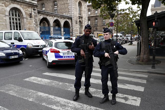 Uzbrojony w nóż mężczyzna zaatakował policjantów w komendzie głównej policji w Paryżu