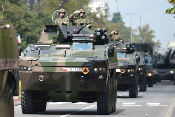 Największa od kilku lat defilada wojskowa zorganizowana w Warszawie z okazji święta Wojska Polskiego