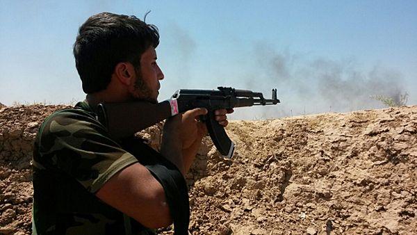 Kurdyjski bojownik podczas walk z dżihadystami z Państwa Islamskiego
