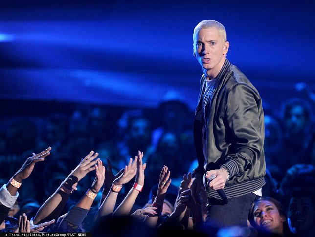 Eminem wydał album bez zapowiedzi. Poruszył temat dostępu do broni