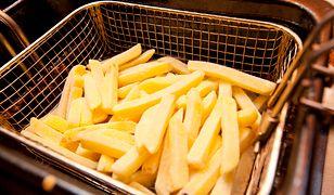 Domowe frytki tuż przed podaniem można posypać odrobiną soli i papryki