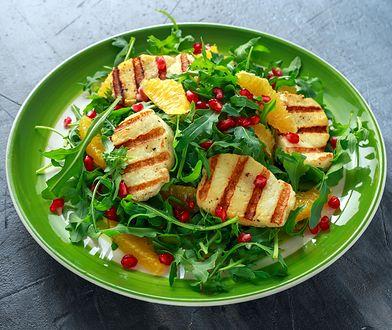 Sałatka z halloumi to świetny pomysł na lunch