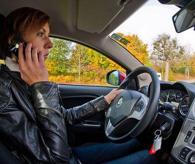 Młodzi kierowcy są roztargnieni na drodze
