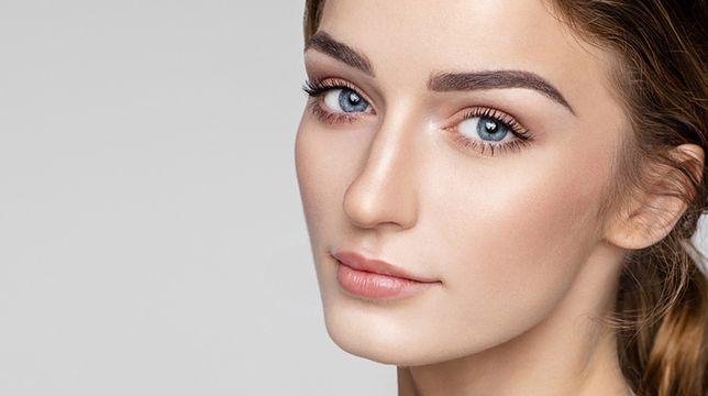 Idealnie rozprowadzony rozświetlacz na szczytach kości policzkowych, nosie i w kącikach oczu rozpromieni skórę twarzy