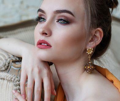 Makijaż do błyszczącej sukienki